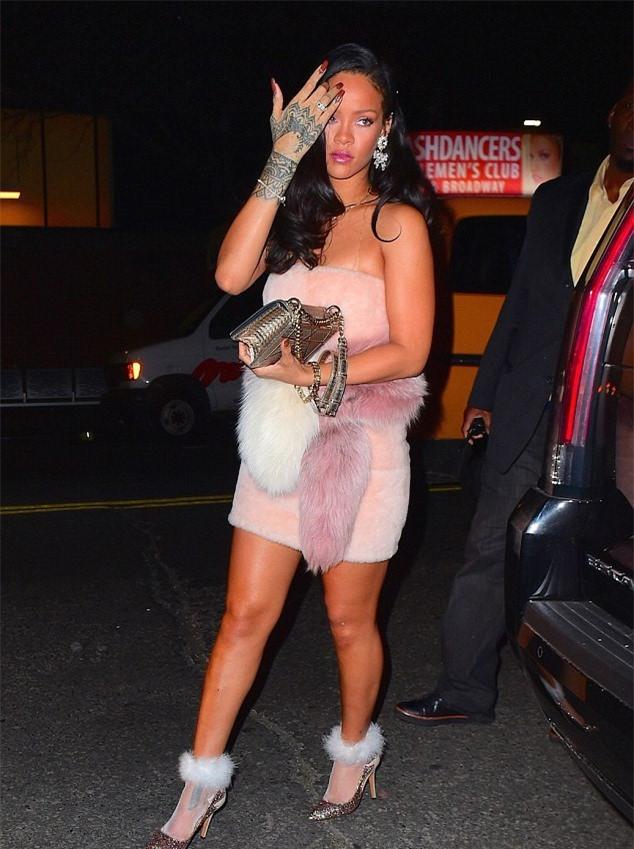 Rihanna gây chú ý với đôi tất giá 30 triệu đồng-4