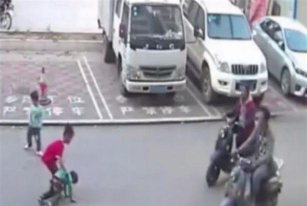 Thót tim khoảnh khắc cậu bé bị xe chèn qua, người lớn thờ ơ, đứa trẻ 7 tuổi chạy lại cứu - Ảnh 4.