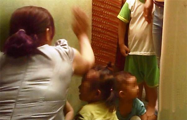 Bé 3 tuổi nghi bị cô giáo đánh bầm mắt ở Sài Gòn - Ảnh 1.