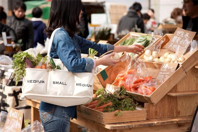 Hết thời túi cám con cò, bạn biết đang hot nhất thị trường thời trang Nhật là gì không? Xin thưa: túi mua rau! - Ảnh 3.