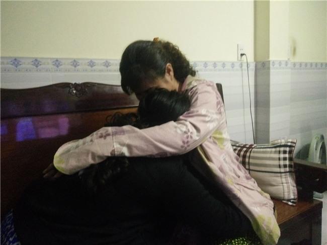 """Mẹ của nữ sinh 13 tuổi nghi bị thiếu niên giữ xe ở Sài Gòn hiếp dâm: """"Nghe con kể, tôi chỉ biết ôm nó vào lòng khóc"""" - Ảnh 1."""