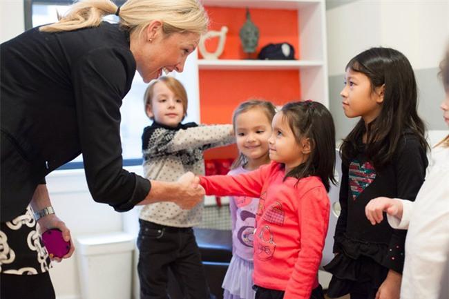 Clip: Xem trẻ em Tây được học cách cư xử lịch sự, nhiều bố mẹ Việt sẽ thốt lên Thật tuyệt vời - Ảnh 4.