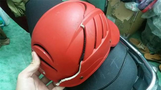 Đưa mèo đi chữa bệnh giúp khách, shipper bị chủ mang hung khí chém vỡ mũ bảo hộ - Ảnh 1.
