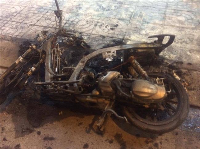 Cãi nhau với bạn gái, nam thanh niên đốt xe máy ngay giữa đường - Ảnh 2.