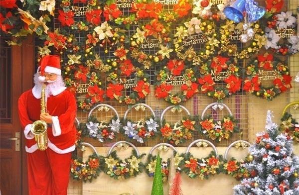 Ông già Noel thổi kèn có giá 4,5 - 5,5 triệu đồng. (Ảnh: Hoàng Dương)
