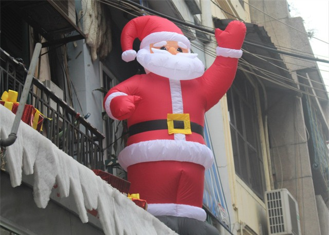 Ông già Noel bơm hơi được bày trên mái nhà có giá 3 triệu đồng. (Ảnh: Hồng Vân)