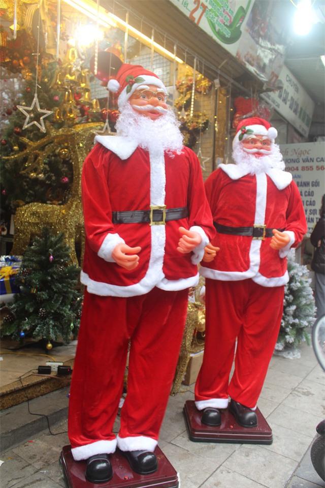 Ông già Noel lắc hông, thổi kèn cao 1,8m nhưng chỉ nặng khoảng 10kg vì được làm từ nhựa. (Ảnh: Hồng Vân)