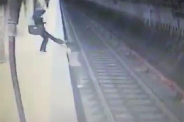 Người phụ nữ đẩy nạn nhân xuống đường ray, bỏ mặc cho tàu điện ngầm cán qua - Ảnh 2.