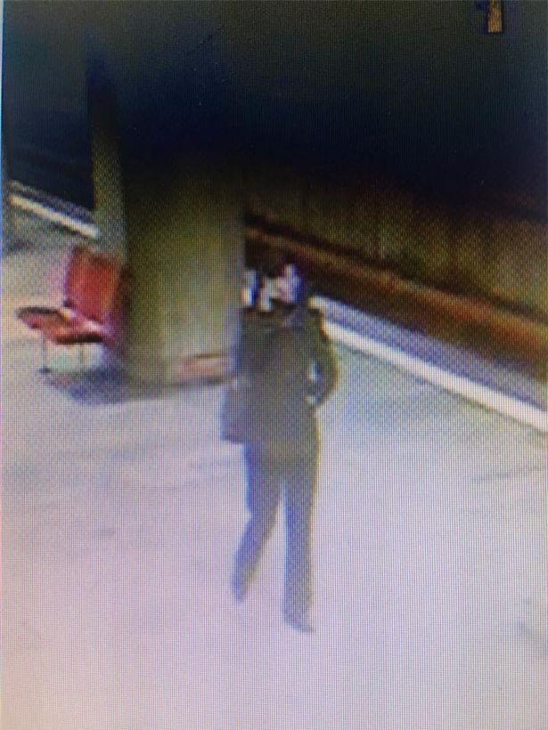 Người phụ nữ đẩy nạn nhân xuống đường ray, bỏ mặc cho tàu điện ngầm cán qua - Ảnh 3.