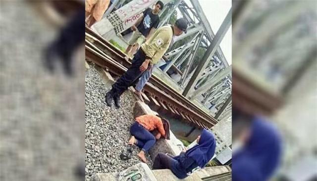 Hớn hở selfie bên đường ray, cô gái bị xe lửa đi qua va vào đầu phải nhập viện khẩn cấp - Ảnh 2.