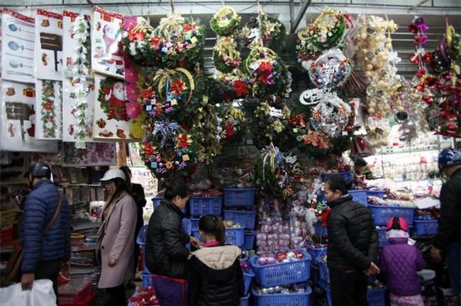 Thị trường đồ trang trí Noel: Xuất hiện nhiều món khủng với giá tiền triệu vẫn hút khách - Ảnh 1.