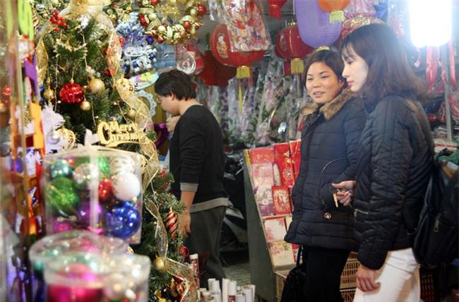 Thị trường đồ trang trí Noel: Xuất hiện nhiều món khủng với giá tiền triệu vẫn hút khách - Ảnh 2.