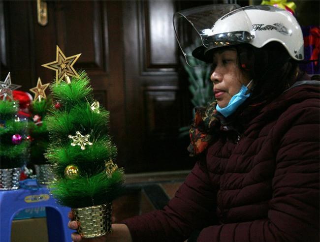 Thị trường đồ trang trí Noel: Xuất hiện nhiều món khủng với giá tiền triệu vẫn hút khách - Ảnh 3.