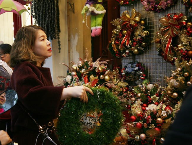 Thị trường đồ trang trí Noel: Xuất hiện nhiều món khủng với giá tiền triệu vẫn hút khách - Ảnh 5.