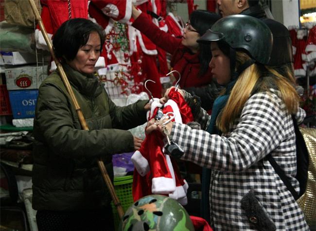 Thị trường đồ trang trí Noel: Xuất hiện nhiều món khủng với giá tiền triệu vẫn hút khách - Ảnh 6.