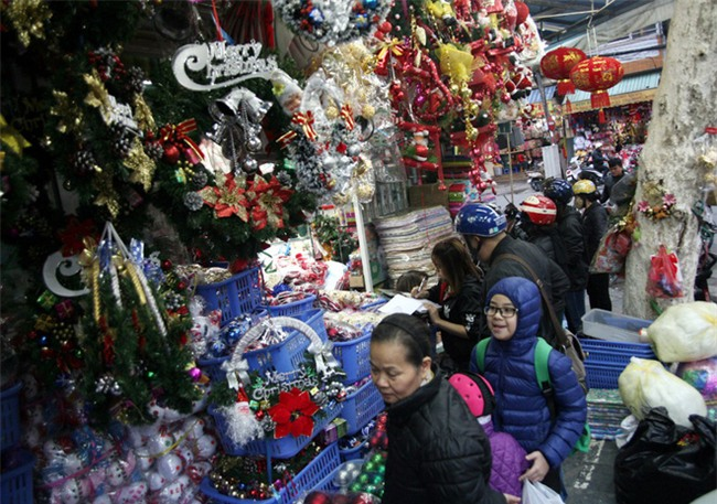 Thị trường đồ trang trí Noel: Xuất hiện nhiều món khủng với giá tiền triệu vẫn hút khách - Ảnh 7.