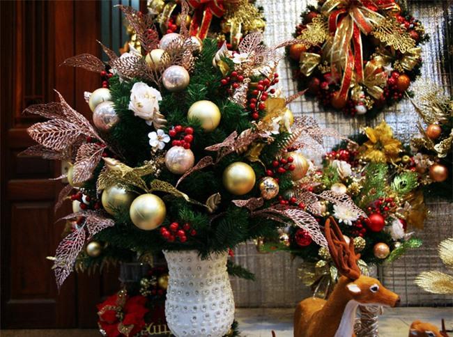 Thị trường đồ trang trí Noel: Xuất hiện nhiều món khủng với giá tiền triệu vẫn hút khách - Ảnh 8.