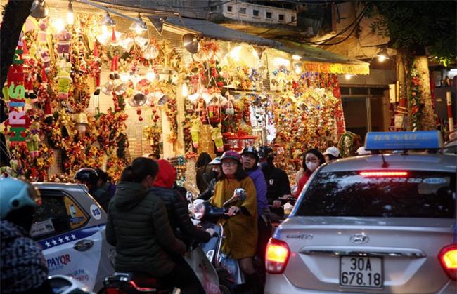 Thị trường đồ trang trí Noel: Xuất hiện nhiều món khủng với giá tiền triệu vẫn hút khách - Ảnh 12.
