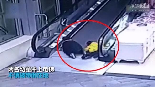 Trung Quốc: Ngã trên thang cuốn, bé mẫu giáo bị kẹp đứt tay - Ảnh 2.