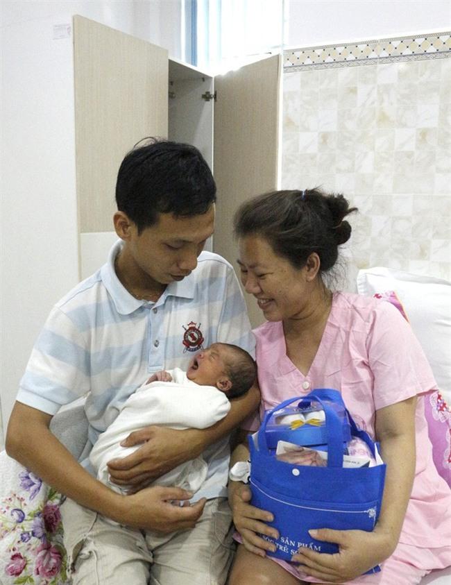 Cần Thơ: Vừa lọt lòng, bé trai sơ sinh thụ tinh trong ống nghiệm đã vẫy tay chào bác sĩ