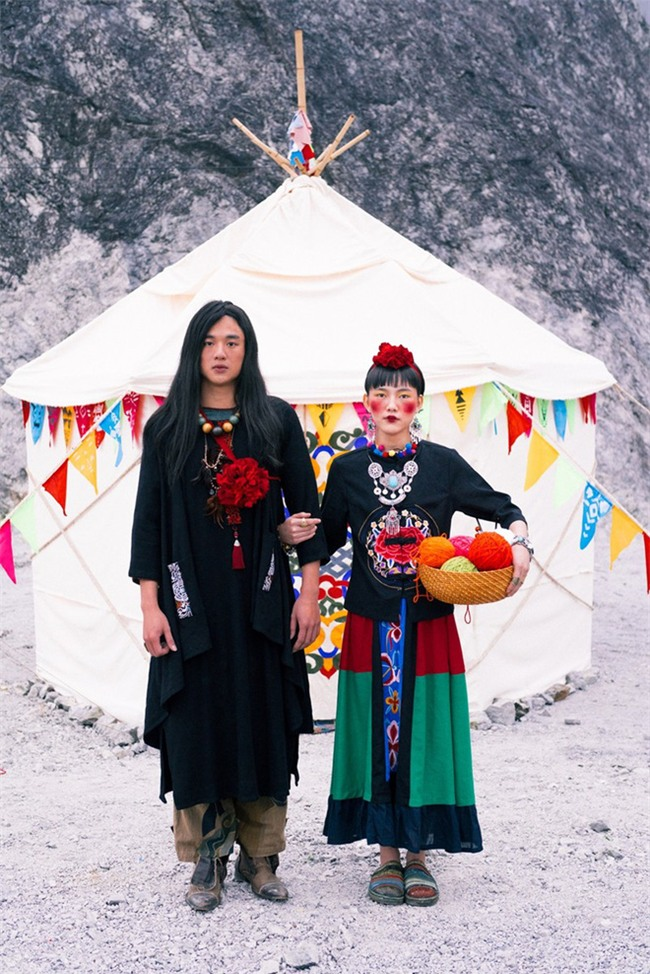 Cặp đôi Hà thành hóa trang thành dân du mục Mông Cổ, ôm rồng Nam Mỹ chụp ảnh cưới - Ảnh 1.
