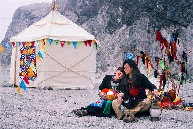 Cặp đôi Hà thành hóa trang thành dân du mục Mông Cổ, ôm rồng Nam Mỹ chụp ảnh cưới - Ảnh 3.