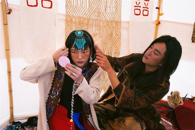 Cặp đôi Hà thành hóa trang thành dân du mục Mông Cổ, ôm rồng Nam Mỹ chụp ảnh cưới - Ảnh 9.
