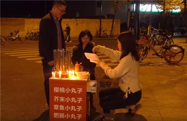 Thánh ăn công sở bán Takoyaki ngoài vỉa hè, người qua đường mua lia lịa - Ảnh 8.