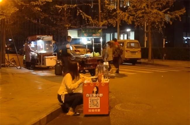 """""""Thánh ăn công sở"""" bán Takoyaki ngoài vỉa hè, người qua đường mua lia lịa - Ảnh 5."""