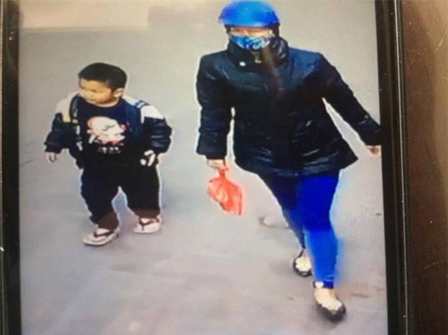 Hà Nội: Bé trai bị mẹ bỏ quên ở Phủ Tây Hồ - Ảnh 1.
