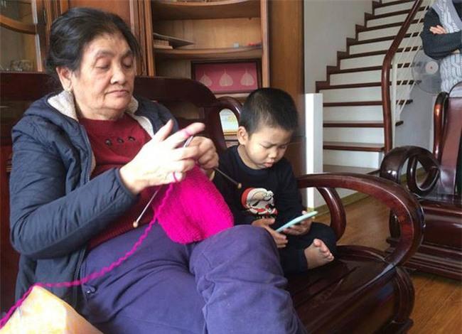 Hà Nội: Bé trai bị mẹ bỏ quên ở Phủ Tây Hồ - Ảnh 4.