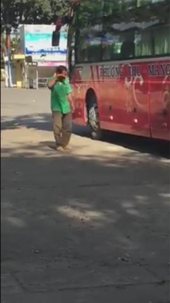Rơi nước mắt trước hình ảnh người cha nghèo khóc nghẹn, tiễn con đi học xa nhà-1