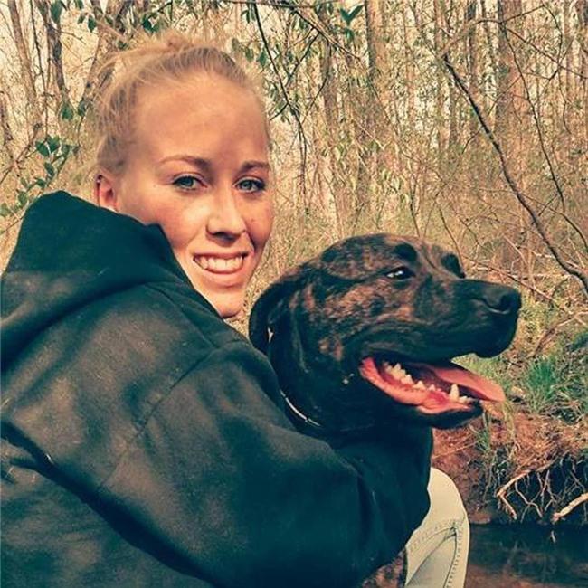 Đưa chó pitbull đi dạo, bi kịch ập xuống người phụ nữ khi bị chính thú cưng của mình cắn chết - Ảnh 1.