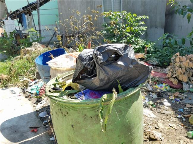 Người vợ khai do chồng đi nhậu về dọa chém nên đã đoạt dao sát hại, vứt đầu chồng vào thùng rác - Ảnh 3.