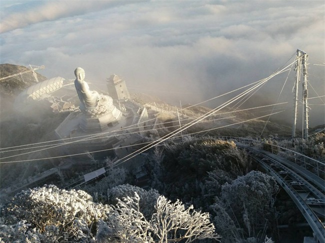 Đỉnh Fansipan trắng xóa băng tuyết khi nhiệt độ trong đêm giảm xuống -7 độ C - Ảnh 7.