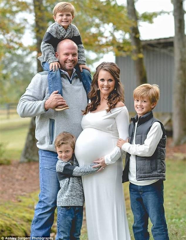 Chỉ sau 4 phút, cặp vợ chồng này đã trở thành bố mẹ của 9 đứa trẻ - Ảnh 1.