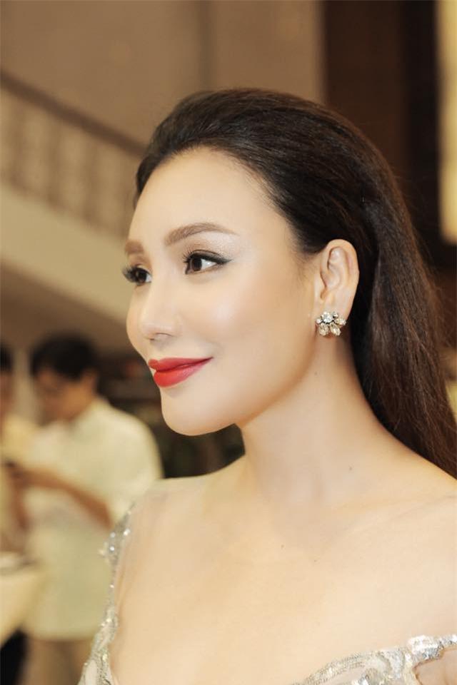 Gương mặt của Hồ Quỳnh Hương lại tiếp tục khác lạ trong loạt ảnh mới - Ảnh 10.