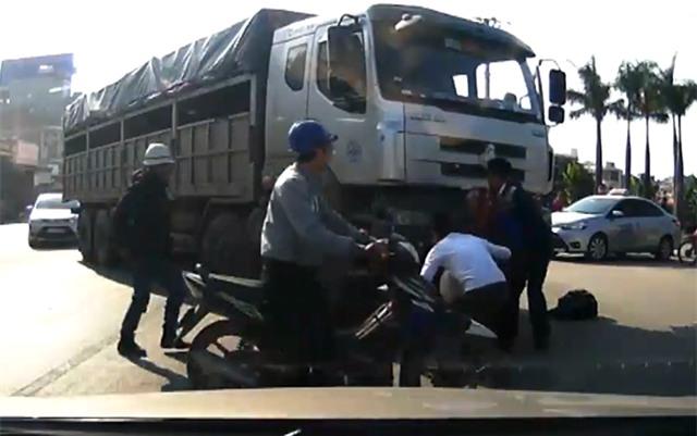 HI HỮU: Cụ bà may mắn thoát chết khi bị cuốn vào gầm xe tải - Ảnh 2.