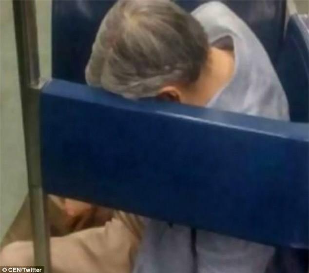 Không ai để ý người đàn ông ngủ gục nhiều giờ trên tàu điện ngầm, đến khi nhân viên đến đánh thức ông thì phát hiện sự thật kinh hoàng - Ảnh 1.