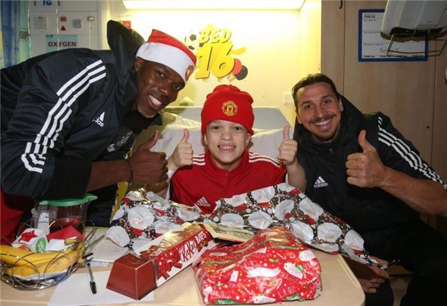 Sao Man Utd mang Giáng sinh ấm áp đến trẻ em nghèo - Ảnh 1.
