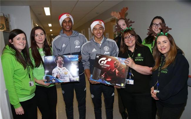 Sao Man Utd mang Giáng sinh ấm áp đến trẻ em nghèo - Ảnh 4.
