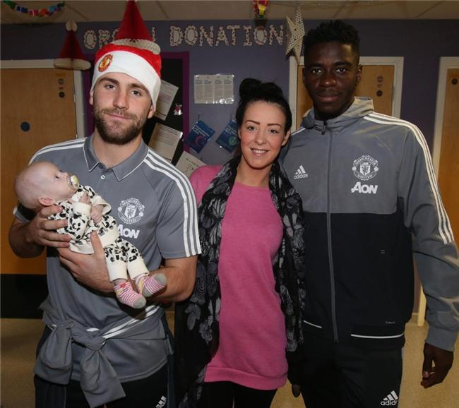 Sao Man Utd mang Giáng sinh ấm áp đến trẻ em nghèo - Ảnh 5.