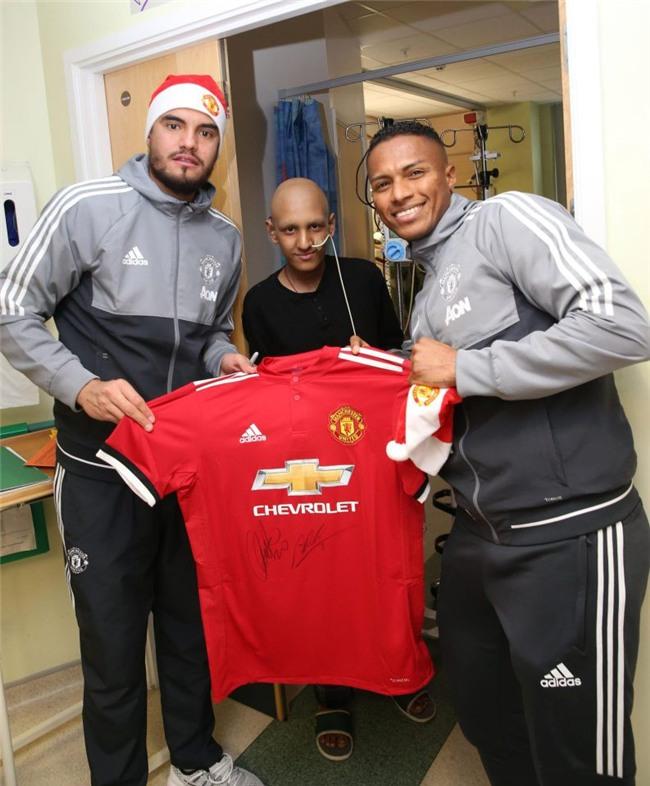 Sao Man Utd mang Giáng sinh ấm áp đến trẻ em nghèo - Ảnh 6.