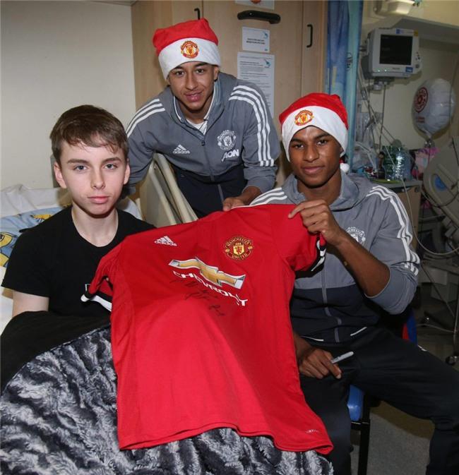 Sao Man Utd mang Giáng sinh ấm áp đến trẻ em nghèo - Ảnh 7.