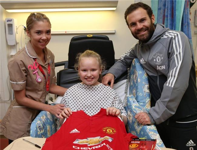 Sao Man Utd mang Giáng sinh ấm áp đến trẻ em nghèo - Ảnh 8.