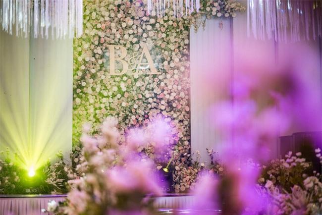 Đám cưới cổ tích với váy cưới đính 20.000 viên ngọc trai, dàn khách mời khủng và loạt xe sang của cặp đôi cậu ấm cô chiêu Hà thành - Ảnh 1.