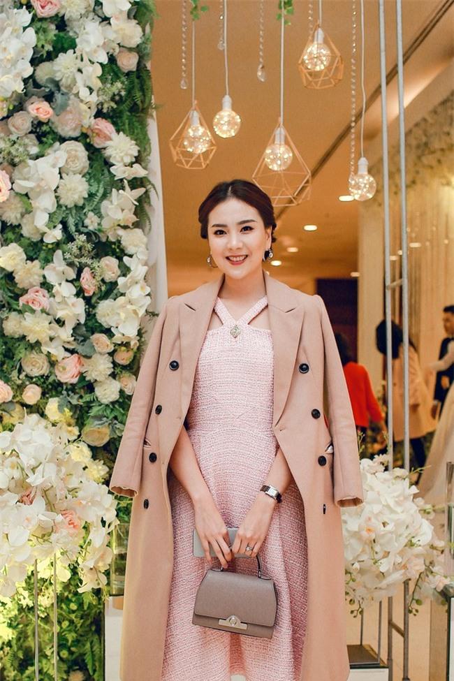 Đám cưới cổ tích với váy cưới đính 20.000 viên ngọc trai, dàn khách mời khủng và loạt xe sang của cặp đôi cậu ấm cô chiêu Hà thành - Ảnh 16.