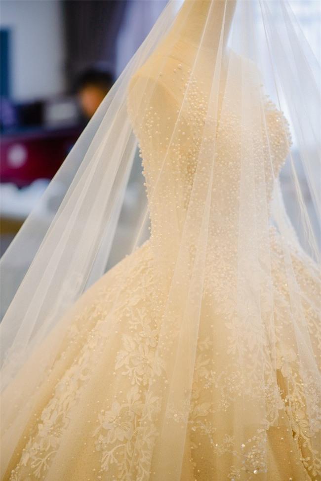 Đám cưới cổ tích với váy cưới đính 20.000 viên ngọc trai, dàn khách mời khủng và loạt xe sang của cặp đôi cậu ấm cô chiêu Hà thành - Ảnh 2.