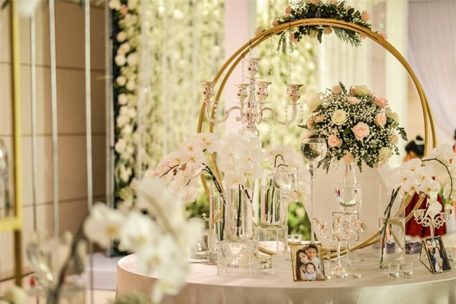 Đám cưới cổ tích với váy cưới đính 20.000 viên ngọc trai, dàn khách mời khủng và loạt xe sang của cặp đôi cậu ấm cô chiêu Hà thành - Ảnh 9.