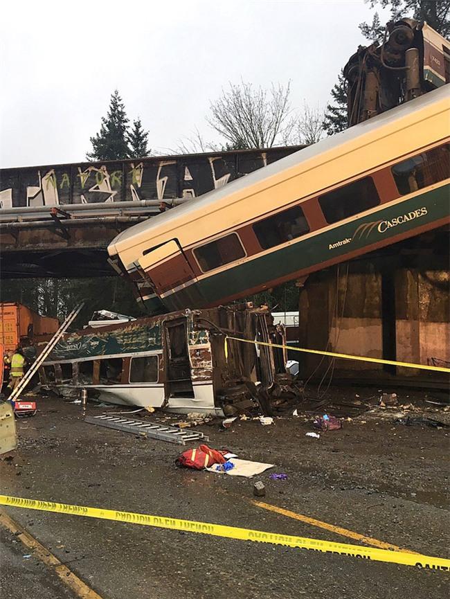 Mỹ: Tàu cao tốc trật đường ray, lao thẳng xuống đường khiến ít nhất 6 người thiệt mạng - Ảnh 1.
